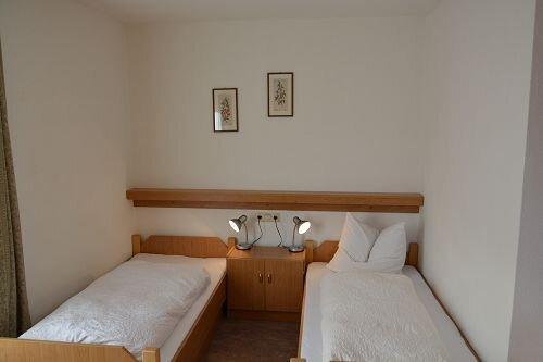 gemütlich, praktisch eingerichtete Doppelzimmer mit Dusche und WC