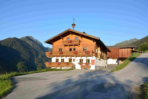 idyllischer Sonnenaufgang am Christianhof in Saalbach